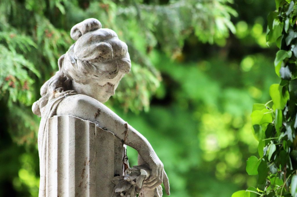 woman-sitting-on-bench-statue